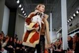Джиджи Хадид открыла модный показ с щенком в руках